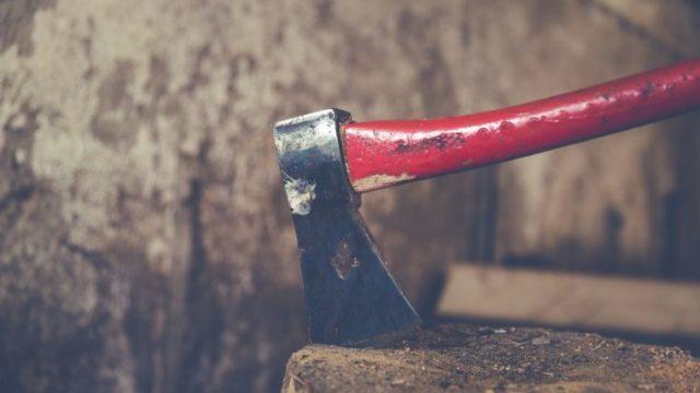 【初心者向け】薪割りは手斧、手動式、エンジン式?3つの方法とコツを解説